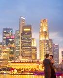 Romantiska par i Singapore Royaltyfria Foton