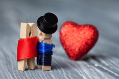 Romantiska par Kort för valentindaginbjudan Man kvinna klädnypor Arkivfoto