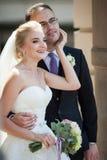 Romantiska par, man och fru, kram och blick nära gammalt byggande Co Royaltyfri Fotografi