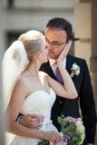 Romantiska par, man och fru, kram och kyss nära gammalt byggande Co Royaltyfri Bild