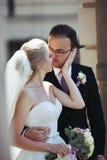 Romantiska par, man och fru, kram och kyss nära gammalt byggande Co Arkivfoto
