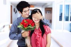 Romantiska par med blommor Arkivfoto