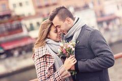 Romantiska par med blommor på ett datum royaltyfri fotografi