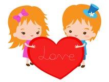 Romantiska par med en stor hjärta Arkivbilder