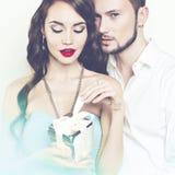 Romantiska par med gåvan Arkivbild