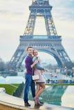 Romantiska par nära Eiffeltorn i Paris, Frankrike arkivfoto