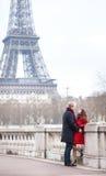 Romantiska par near det Eiffel tornet i Paris Royaltyfri Foto