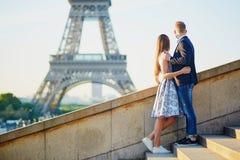 Romantiska par near det Eiffel tornet i Paris arkivbild