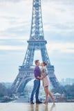 Romantiska par nära Eiffeltorn i Paris, Frankrike Arkivbilder