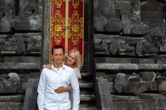 Romantiska par på bakgrunden av den Bali templet Arkivbilder