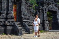 Romantiska par på bakgrunden av den Bali templet Arkivbild