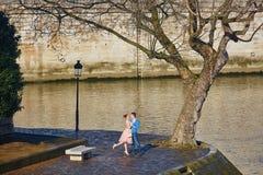 Romantiska par på den Seine invallningen i Paris, Frankrike arkivfoto