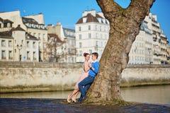 Romantiska par på den Seine invallningen i Paris, Frankrike arkivbilder