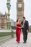 Romantiska par på den Westminster bron vid Big Ben, London, Englan Arkivfoto