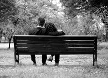 Romantiska par på en bänk Royaltyfri Bild