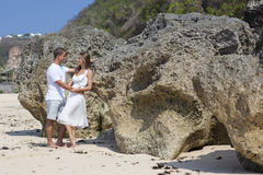 Romantiska par på en strand Fotografering för Bildbyråer
