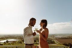 Romantiska par på ett datum i bygden royaltyfri fotografi