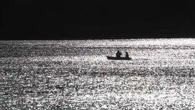 Romantiska par på fartyget med skovlar stock video