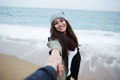 Romantiska par på går på stranden under semesterlopp Royaltyfri Foto
