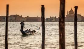 Romantiska par på gondolen i Grand Canal, Venedig, Italien Fotografering för Bildbyråer