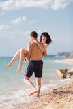 Romantiska par på kusten Arkivfoton
