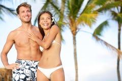 Romantiska par på lyckligt strandlopp arkivfoton