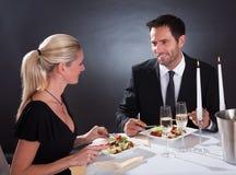 Romantiska par på restaurangen Royaltyfri Bild