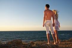Romantiska par på stranden royaltyfri foto