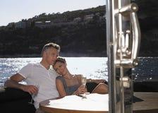 Romantiska par på yachten Royaltyfri Foto