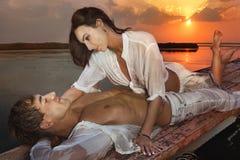 Romantiska par som är förälskade på solnedgången arkivfoton