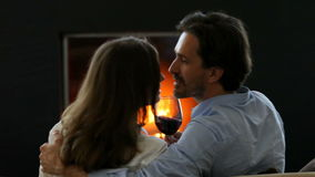 Romantiska par som dricker vin
