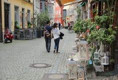 Romantiska par som går gatan Fotografering för Bildbyråer