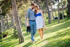 Romantiska par som g?r skogen royaltyfria foton