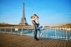 Romantiska par som har gyckel i Paris Arkivbilder