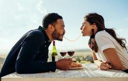 Romantiska par som har gyckel på ett datum royaltyfri foto