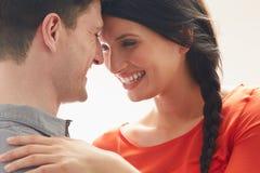 Romantiska par som inomhus omfamnar Arkivfoton