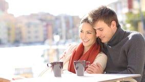 Romantiska par som kopplar av i en coffee shop royaltyfri foto