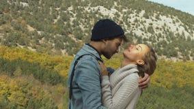 Romantiska par som kramar i trät