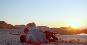Romantiska par som kysser på stranden 4k arkivfilmer