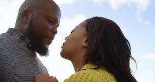 Romantiska par som kysser sig p? en solig dag 4k arkivfilmer
