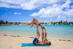 Romantiska par som ligger på stranden Royaltyfria Bilder