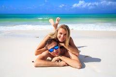 Romantiska par som ligger på stranden Arkivfoto