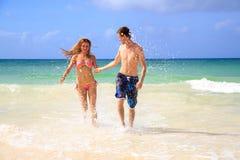 Romantiska par som ligger på stranden Arkivbilder
