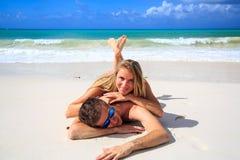 Romantiska par som ligger på stranden Royaltyfria Foton