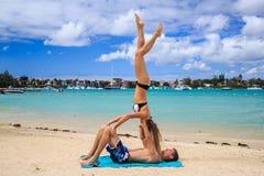Romantiska par som ligger på stranden Arkivfoton