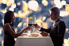 Romantiska par som rostar rött vin Arkivbilder