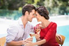 Romantiska par som rymmer vitt vin Royaltyfria Bilder