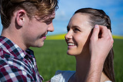 Romantiska par som ser de i fält Arkivbild
