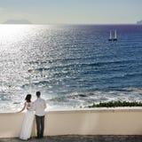 Romantiska par som ser havet i bröllopdag i Italien Royaltyfri Bild
