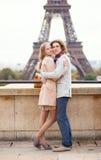 Romantiska par som spenderar deras semester i Paris Arkivbild